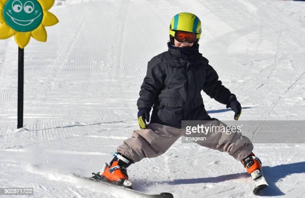 kinder-skifahren - schneefahrzeug stock-fotos und bilder