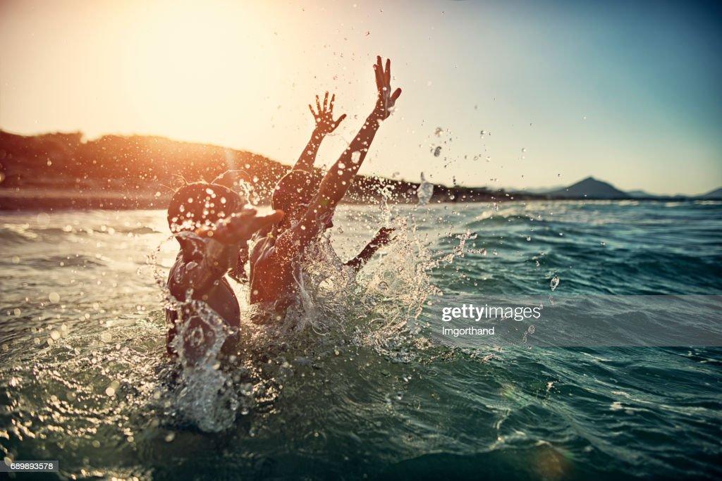 Kinder planschen im Sommer Meer : Stock-Foto