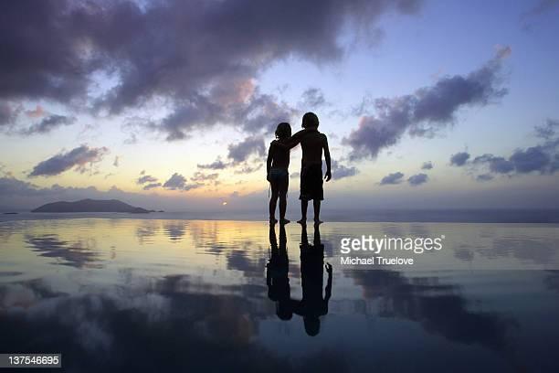 お子様に建つビーチの夕暮れ - 兄弟 ストックフォトと画像