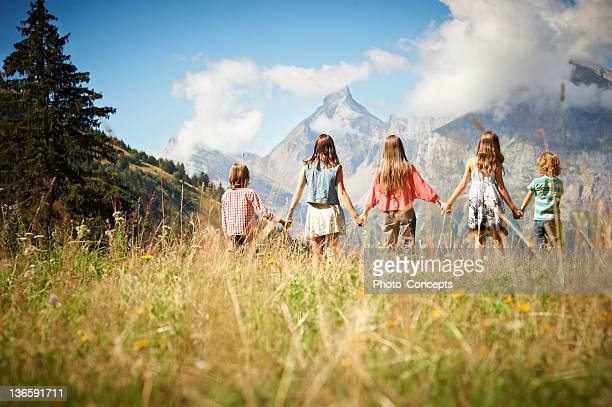 Enfants debout ensemble en Grande plante herbacée