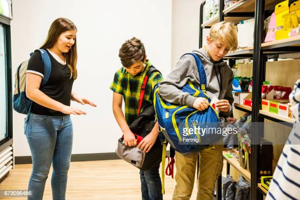 Kinder stehlen Süßigkeiten in einem Supermarkt