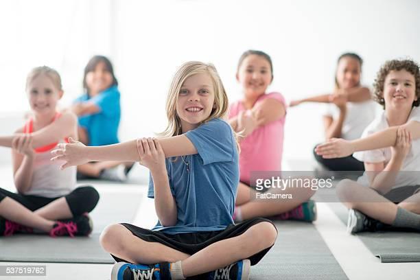 Niños en clase de estiramiento juntos PE