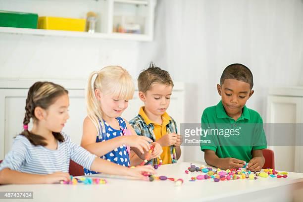 Kinder bespannen: Perlen