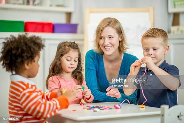 Kinder zusammen Einrichtungen zum Schlägerbespannen Perlen
