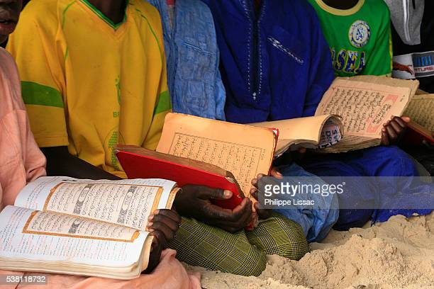 children studying the koran in school - enfant stockfoto's en -beelden