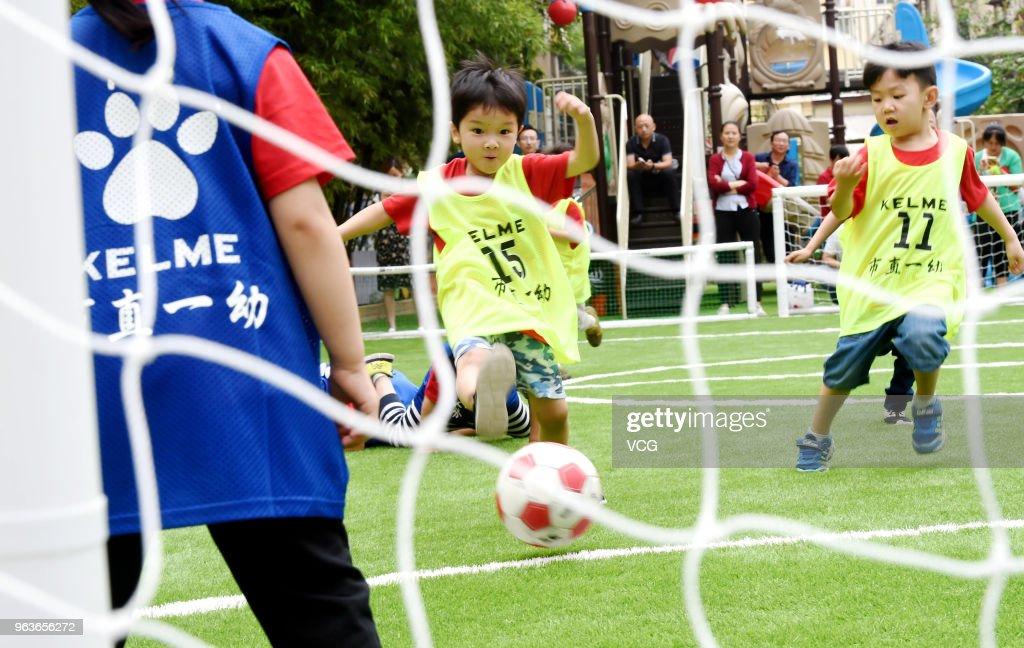 Children Attend Football Contest Before International Children's Day In Luoyang : Nieuwsfoto's