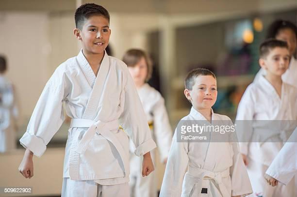 Nehmen Sie Karate-Kinder