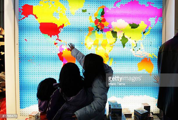 Fao Schwarz World Map.Shoppers Brave The Crowds On Black Friday Stock Photos And Pictures