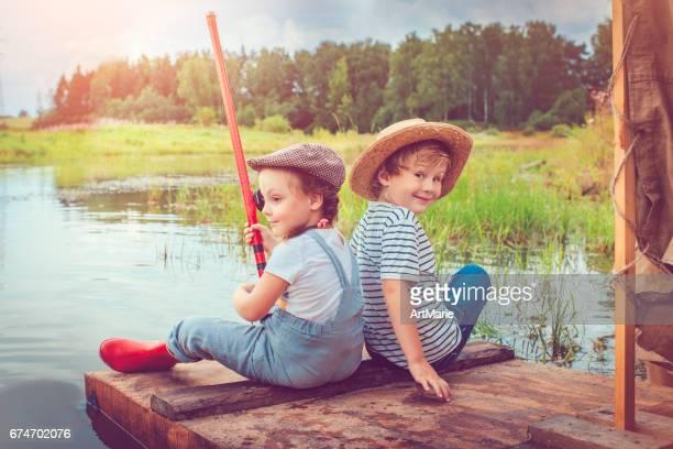 Enfants voyageant sur radeau et pêche