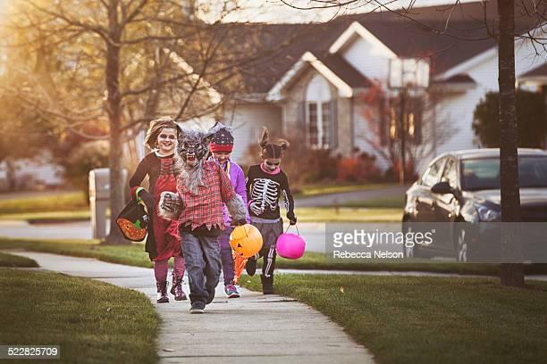 children trick-or-treating - halloween stock-fotos und bilder