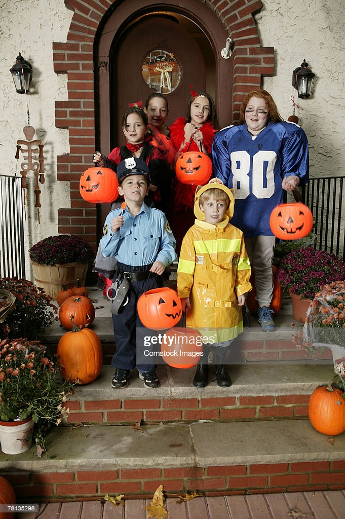Children trick-or-treating : Stockfoto