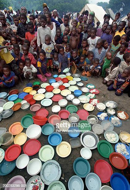 children wait to be served food in a camp for flood victims in chakuelane, mozambique - per-anders pettersson stock pictures, royalty-free photos & images
