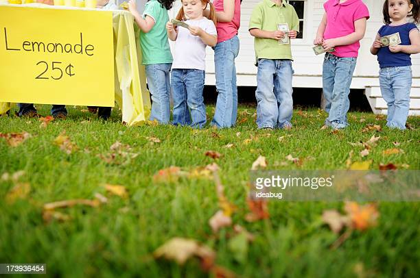Enfants la queue dans la buvette
