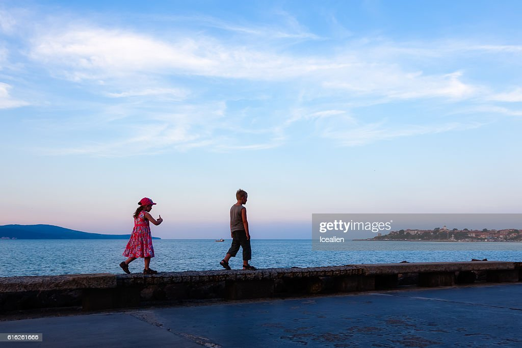 Children walk along the promenade : Foto de stock