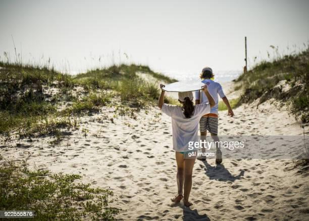 children walking to beach - ハーバー島 ストックフォトと画像