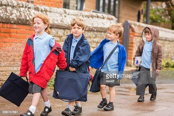 Kinder zur Schule