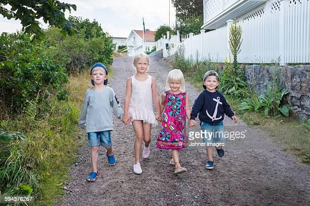 children walking together - västra götalands län stockfoto's en -beelden
