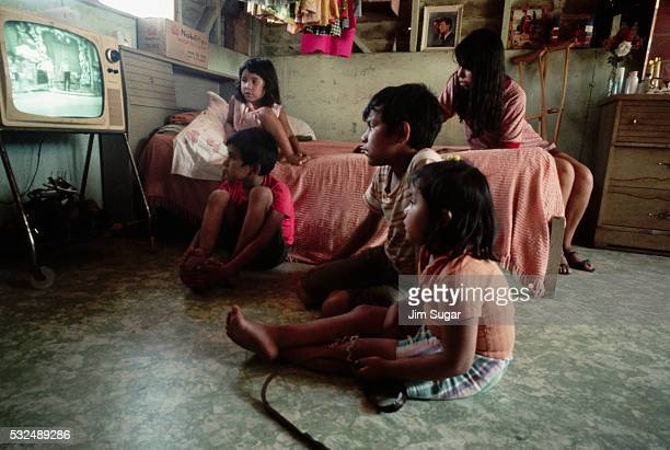 children watching television - television show stock pictures, royalty-free photos & images