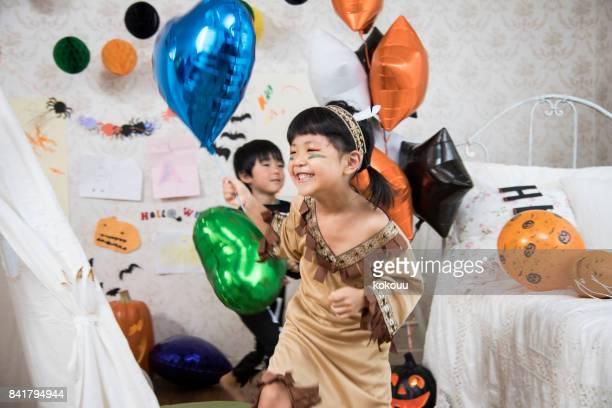 衣装を着た子供たちは、子供部屋で遊んでいます。