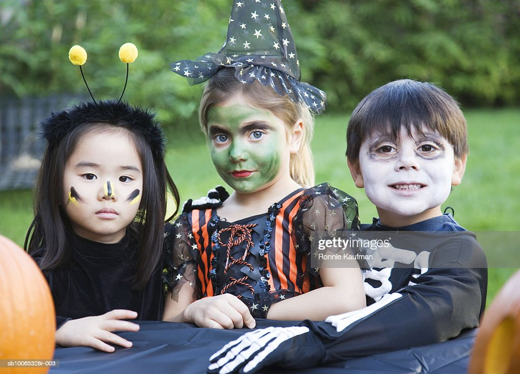 Children (4-5) wearing fancy dress costume, close-up : Foto stock
