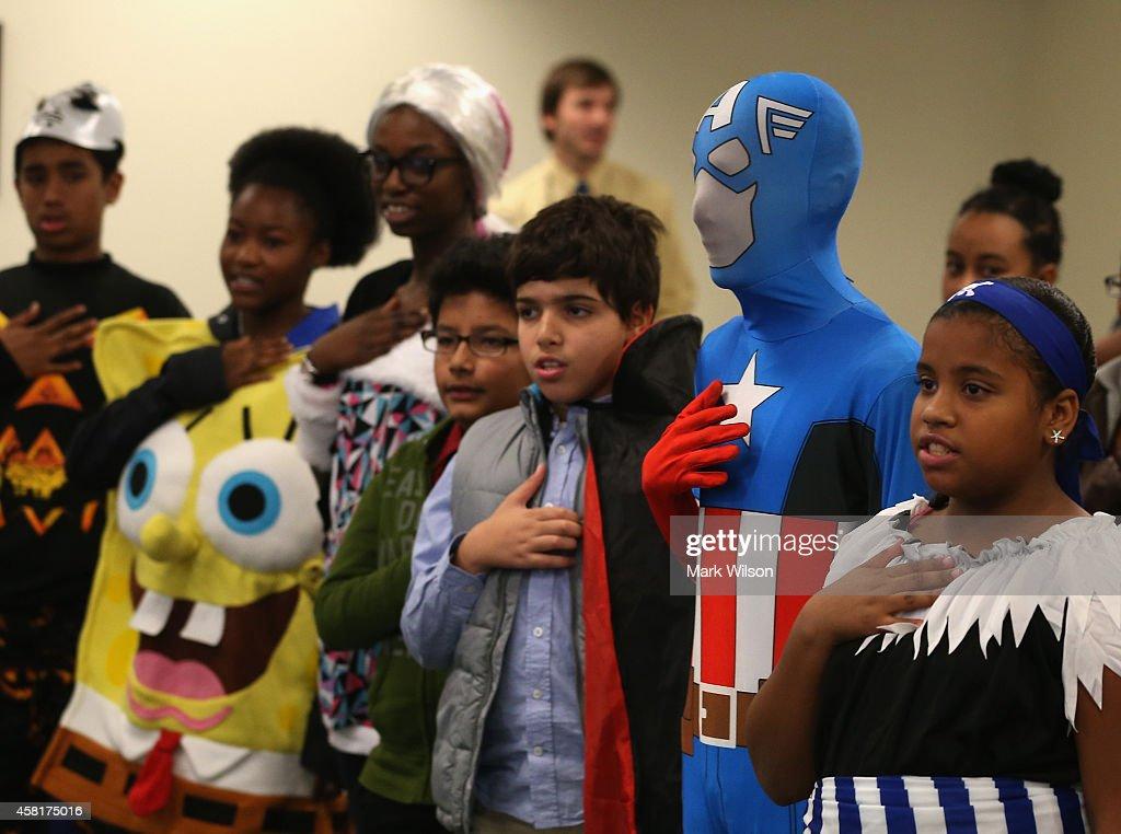 Children Attend Halloween-Themed U.S. Citizenship Ceremony In Baltimore : Fotografia de notícias