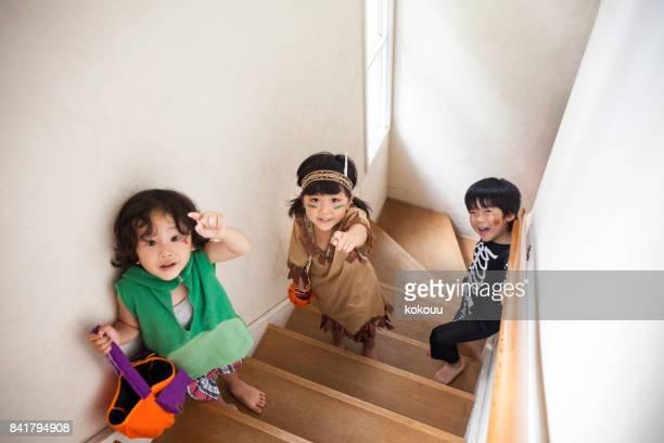 子供たちは階段を登る。