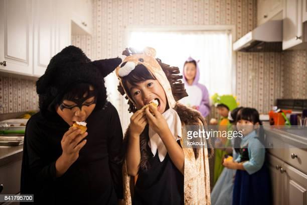 Kinderen die snoep bij het raam eten.
