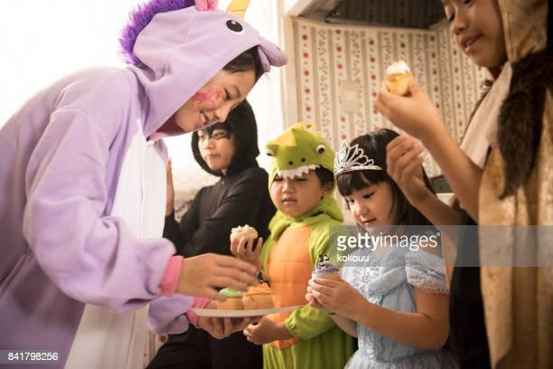 ウィンドウでお菓子を食べる子供。