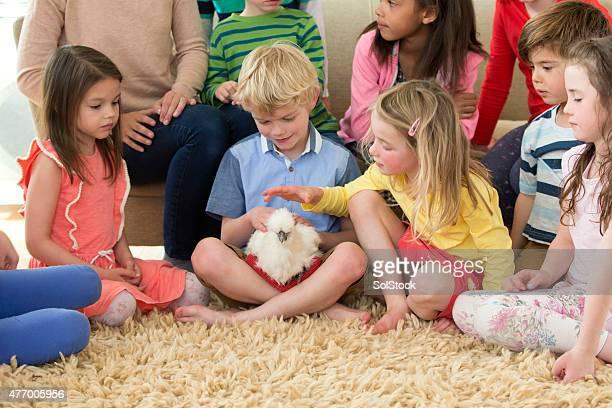 Kinder mit einem Haustier-Huhn