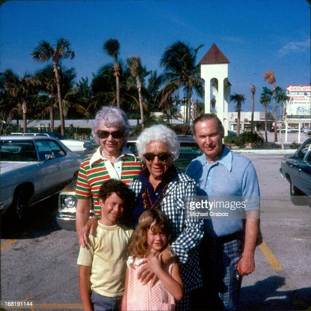 children with grandparents, 1974 - 70 79 jaar stockfoto's en -beelden
