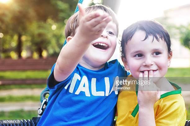 Kinder mit italienischen und brasilianisch-T-shirt eine Geste
