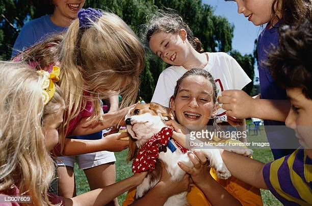 children with puppy - groupe moyen de personnes photos et images de collection