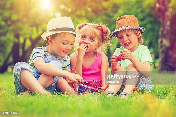 Kinder mit Sommer Beeren