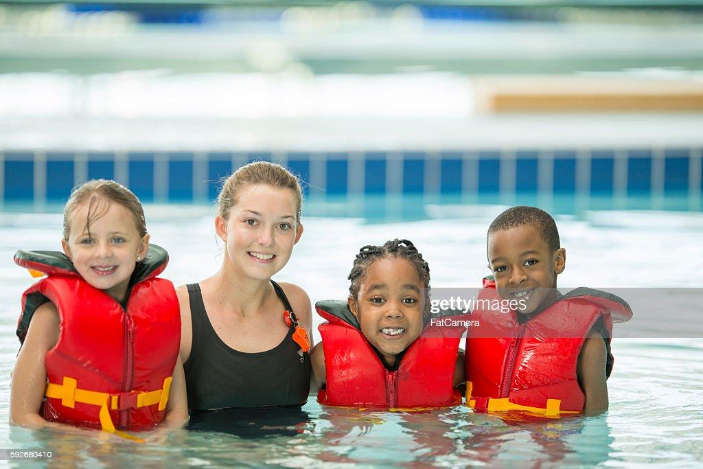 Bambini con il loro istruttore di nuoto : Foto stock