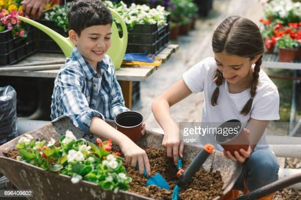 Kinder, die gemeinsam im Botanischen Garten