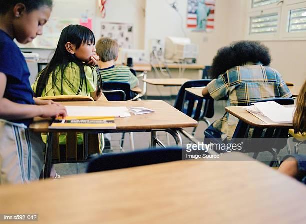Kinder, die im Klassenzimmer arbeiten