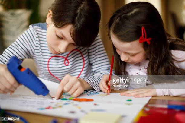 children-working-on-craft-project-picture-id924962398?s=612x612&profile=RESIZE_400x