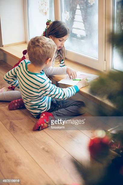Kinder einen Brief an den Weihnachtsmann