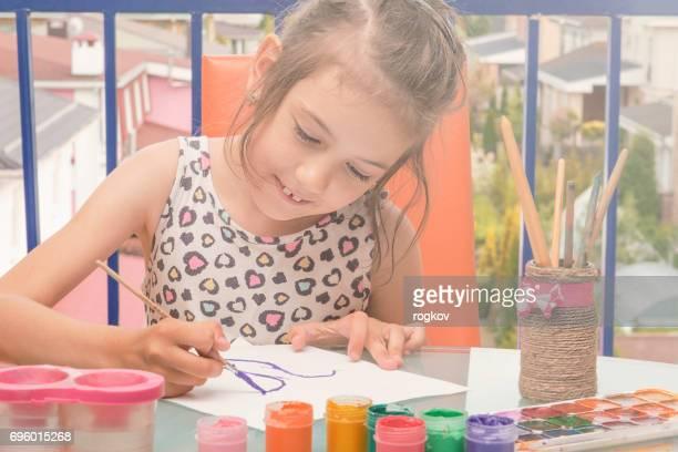 Enfants dessin peintures de couleur de l'eau. L'enfant dessine.