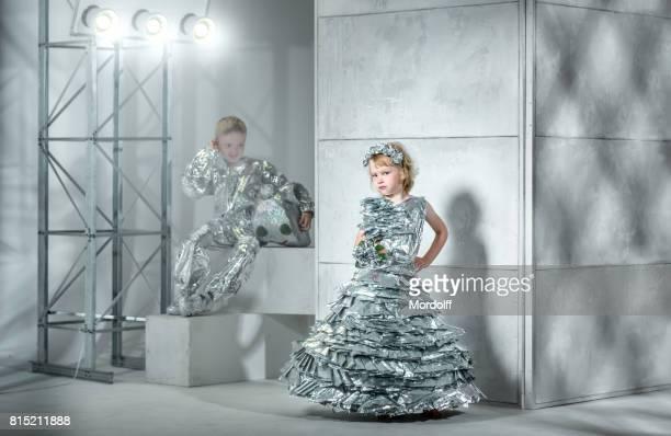 Kinder modeshow van folie kostuums