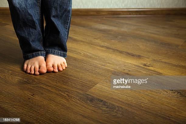 Children's Füße auf dem Boden.