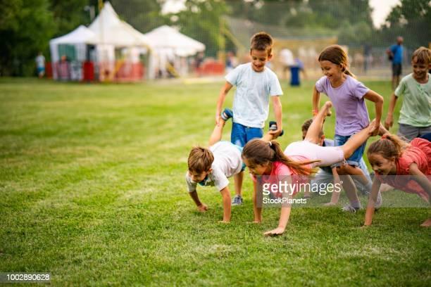 spiel für kinder im park - spiel sport stock-fotos und bilder