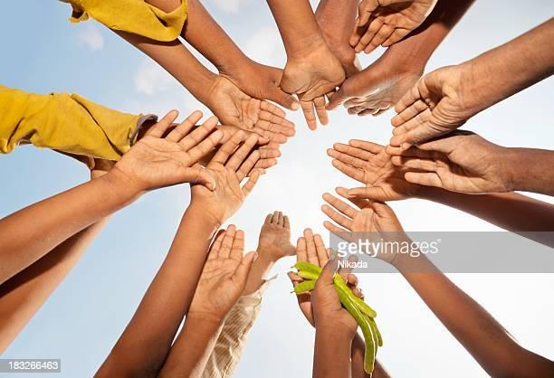 Kinder heben die Hände