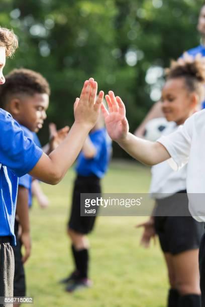 équipe de soccer pour enfants, sportivité, haute de cinq ans - american football sport photos et images de collection