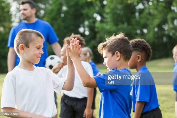 Kinder Fußball-Team, Sportlichkeit, beide Daumen hoch