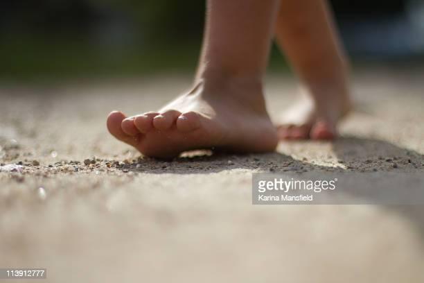 child's foot steps - pieds nus photos et images de collection