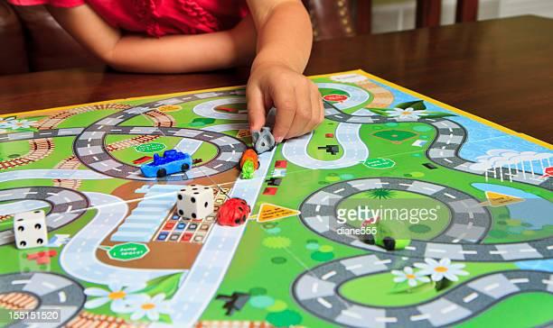 Kind, die Hand spielen ein Brettspiel
