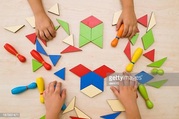 Criança fazendo um'puzzle'