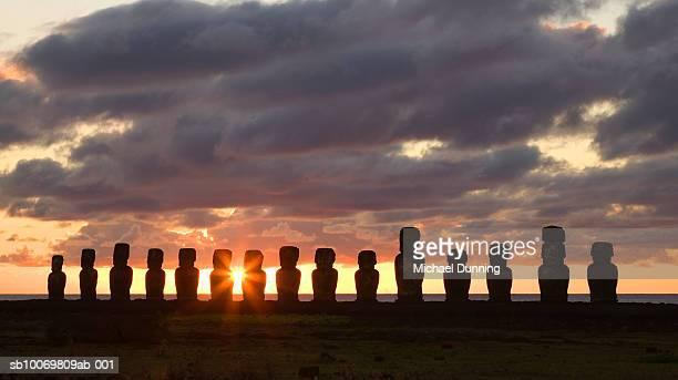 chile, easter island (rapa nui), ahu tongariki, moai statues at dawn - dawn dunning stockfoto's en -beelden