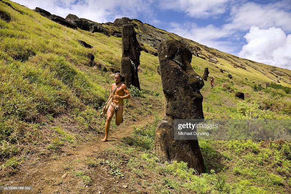 Chile, Easter Island, natives competing in race between Moai statues : Stockfoto